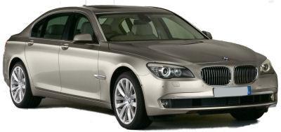 Après une génération de BMW Série 7 assez controversée, mais qui néanmoins a connu un succès commercial certain, BMW a décidé d'assagir sa nouvelle BMW 7. Le dessin de la malle arrière est plus conventionnel; on retrouve des feux arrière modernisés, dans la même direction stylistique que ceux de la BMW X1.