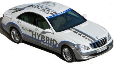 Avec cette <b>Mercedes-Benz Vision S500 Plug-in hybrid</b>, Mercedes-Benz offre une alternative raisonnable et aboutie aux moteurs thermiques traditionnels, en offrant une motorisation hybride réellement intéressante et pratique au quotidien. Il est possible de recharger les batteries de ce modèle sur le secteur, ce qui étend considérablement l'autonomie du véhicule en mode tout électrique, donc 'propre' - la capacité des batteries a également été augmentée - . Bref, un véhicule susceptible de fonctionner en 100% électrique pour des aller-retours maison-travail, et qui laisse la possibilité de partir en week-end.